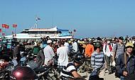 Du khách du lịch đảo Lý Sơn trong dịp lễ 30- 4 và 1- 5