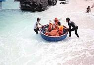 Lý Sơn đưa du khách lặn ngắm san hô bằng thuyền thúng ở đảo Bé