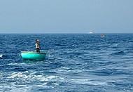 Thuyền thúng của ngư dân Lý Sơn vây bắt cá bên thềm biển đảo