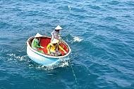 Trải nghiệm cùng ngư dân mặc áo mưa đi biển